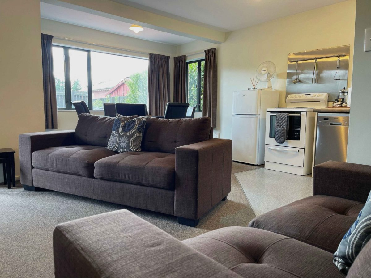 Lodge Spacious 2-bedroom unit. Queen & Single bed in each bedroom. Fully equipped kitchen. Separate bathroom, 2 showers, 2 toilets. Great unit for long term stay or group bookings. SKY TV & DVD player.