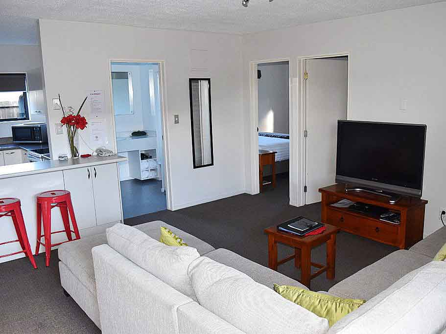 The Cottage Spacious 3-Bedroom unit with Queen beds in two of the rooms and 2 single beds in the other. Fully equipped kitchen with fridge-freezer, dishwasher, large oven, microwave and pantry. SKY TV & DVD player. Great unit for groups, families or a long term stay.